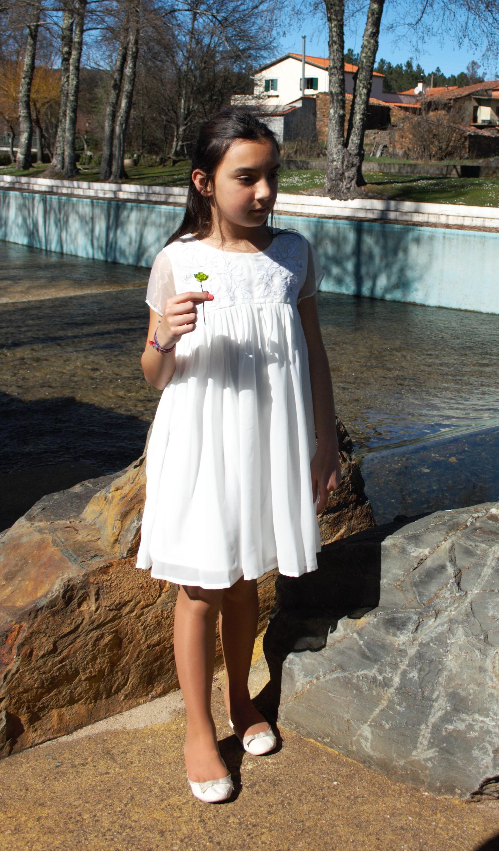 Vestido de manga curta para menina. Gola redonda