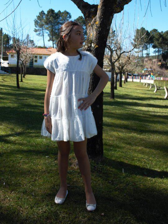 Vestido de manga curta para menina com detalhes de folhos.